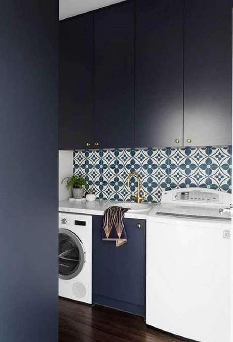 71. O ladrilho hidráulico deu um toque mais intimista para a lavanderia planejada moderna – Foto: Pinterest