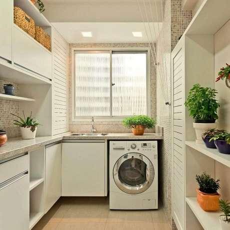 73. Decoração linda e delicada com modelos planejado de armário para área de serviço com espaço para pequenos vasos de plantas – Foto: Pinterest