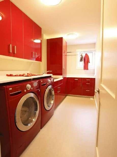 75. A lavanderia planejada nem sempre precisa ser em tons neutros. Que tal investir em armário para lavanderia toda decorada em vermelho? Fica lindo – Foto: Zahradní Nábytek