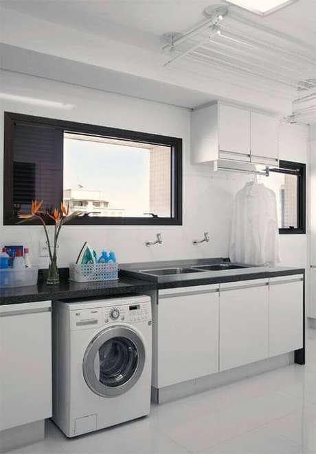 77. Modelos de lavanderia planejada com bancada de granito e armários brancos – Foto: Pinterest