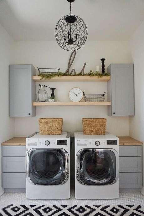 78. A lavanderia planejada com bancada de madeira também pode receber um tapete de incrementar a decoração – Foto: Home BNC
