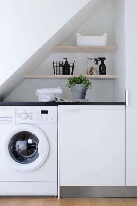 81. Sabe aquele espaço embaixo da escada? Então, ele também pode se transformar em uma lavanderia pequena planejada – Foto: Homelovr