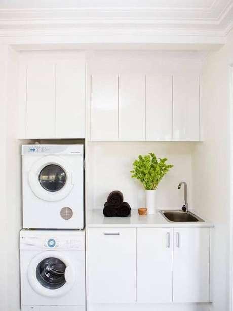 82. Lavanderia planejada pequena com armários brancos – Foto: Pinterest