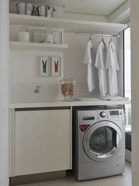 83. Sempre que possível utilize prateleira, nichos e cabideiros embutidos em armário para organizar a lavanderia pequena – Foto: Pinterest