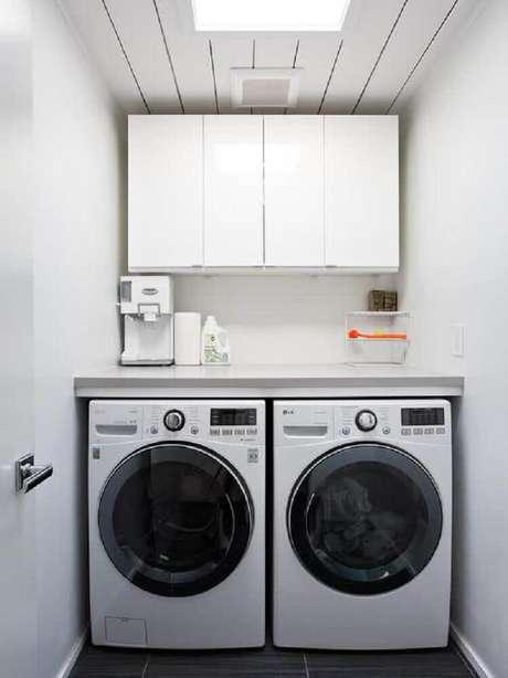 84. Invista em modelos aéreos de armário para lavanderia pequena – Foto: Pinterest