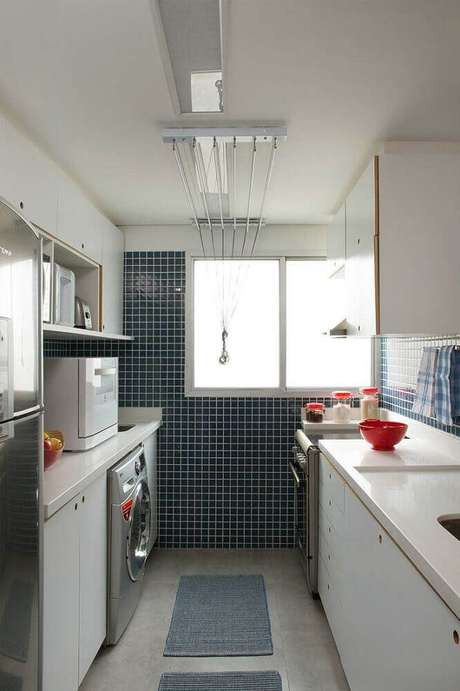 87. Em cozinha com lavanderia planejada procure manter a harmonia em todo o ambiente – Foto: Pinterest