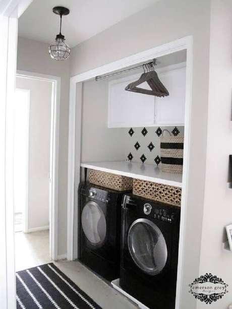 88. Modelos de lavanderia pequena com cabideira e armário aéreo para otimizar espaço – Foto: TILE junket