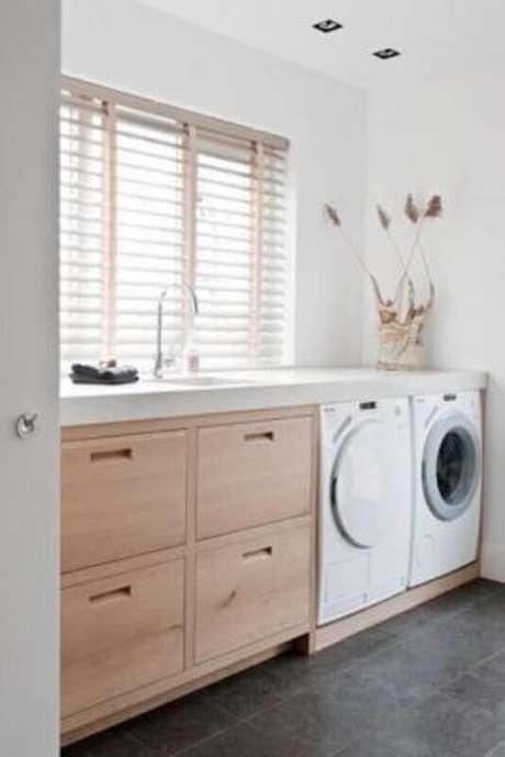 89. Modelos de lavanderia planejada com armário de bandeira e decoração clean – Foto: Round Decor