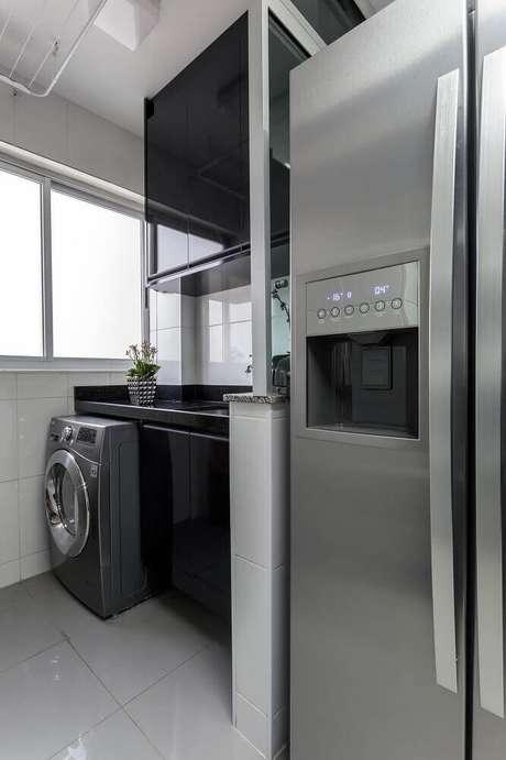 90. O armário preto deixa os modelos de lavanderia com uma decoração mais moderna – Foto: Natalia Siper