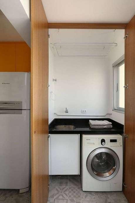 91. Lavanderia pequena simples com porta de madeira – Foto: Roofing Brooklyn