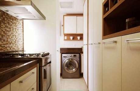 92. Lavandeira planejada com cozinha integrada – Foto: Assetproject