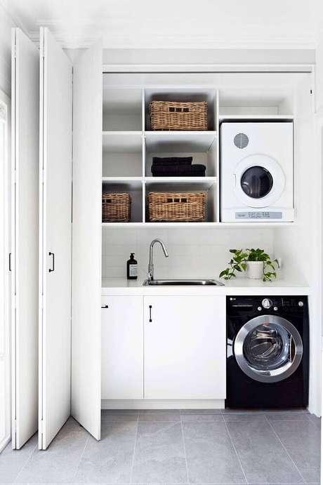 93. Lavanderia pequena com nichos para organização e porta camarão – Foto: Pinterest