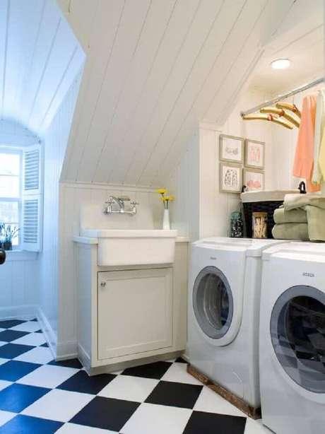 95. Piso quadriculado preto e branco e decoração simples para lavanderia pequena – Foto: Fall Home Decor