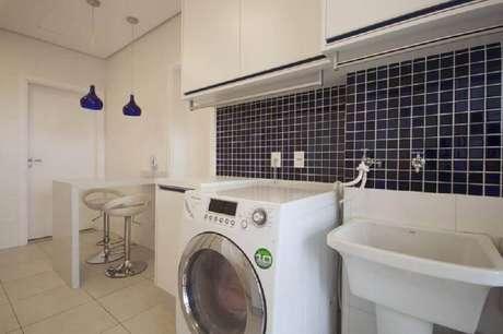 96. Revestimento azul para lavanderia pequena com cozinha simples integrada – Foto: Sartori Design
