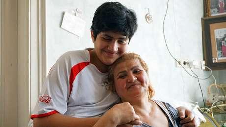 Besima e seu filho Mohammed estavam na peça que foi invadida pelo GI; 'não me sinto mais segura', diz a imigrante