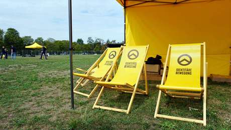 Cadeiras do Geração Identitária, movimento de Sellner que costuma alvejar eventos de integração entre migrantes e locais