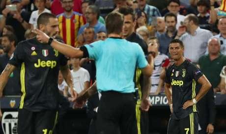 Árbitro expulsa Cristiano Ronaldo em jogo contra o Valência