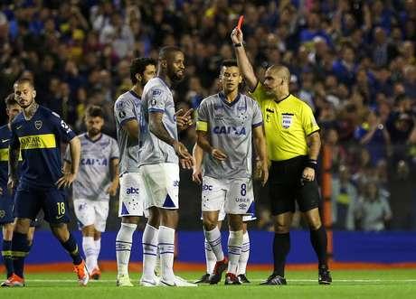 Em partida marcada por intervenções do VAR, principalmente em uma expulsão de Dedé, no jogo de ida na Bombonera, em Buenos Aires, o Boca Juniors venceu o Cruzeiro pelo placar agregado de 3 a 1