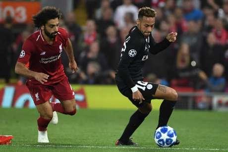 Neymar recebe a marcação de Salah no duelo entre Liverpool e PSG (Paul Ellis / AFP)