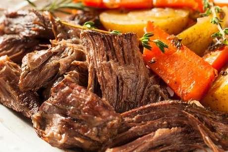 Carne assada macia e suculenta com cenoura e batata
