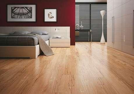4- O piso de madeira laminado decora quarto de casal moderno. Fonte: Casa e Festa