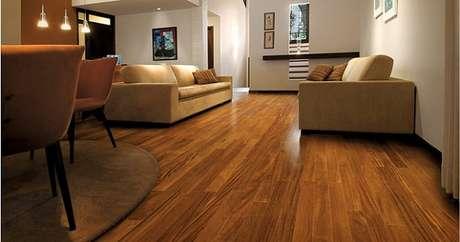 5- A sala de estar integrada a sala de jantar tem piso de madeira laminado. Fonte: Minha Casa Minha Cara