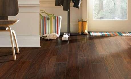 21- Piso laminado é um revestimento fácil de limpar. Fonte: Sua Casa Sem Segredos