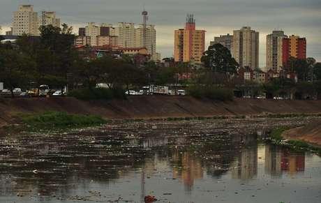 Quando chove, a sujeiras das ruas acaba dentro do rio Tietê