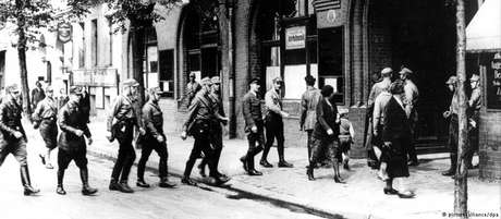 Nazistas ocupam um sindicato em Berlim, em 2 de maio de 1933
