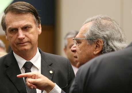 Candidato do PSL à Presidência, Jair Bolsonaro, conversa com economista Paulo Guedes durante evento no Rio de Janeiro 06/08/2018 REUTERS/Sergio Moraes