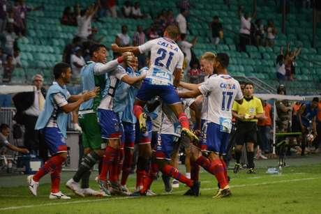 Jogadores do Bahia comemoram gol de Ramires