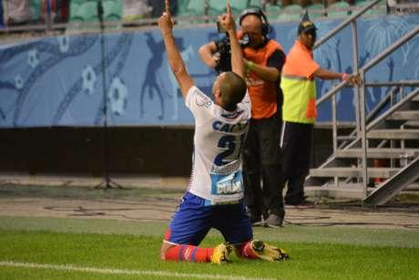 Clayton comemora o segundo gol do Bahia