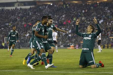 Jogadores comemoram o gol de Bruno Henrique