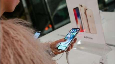O iPhone é popular entre seu mercado consumidor, mas as pessoas têm esperado mais para comprar novos aparelhos