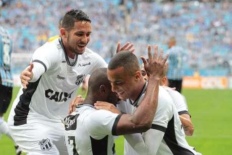 Jogadores do Ceará comemoram o gol marcado por Luiz Otávio