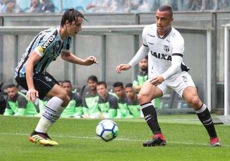 Geromel, do Grêmio, em lance contra Arthur, do Ceará
