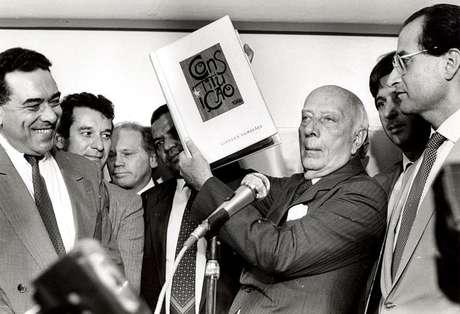 Ulysses Guimarães mostra a Constituição brasileira, promulgada em 1988