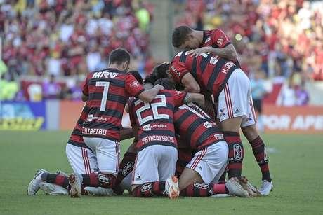 Jogadores do Flamengo comemoram gol de Willian Arão