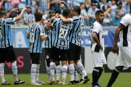 Jogadores do Grêmio comemoram gol de Luan