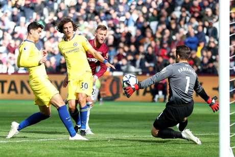 Morata e David Luiz aparecem livres na área do West Ham