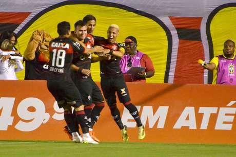 Jogadores do Vitória comemoram gol