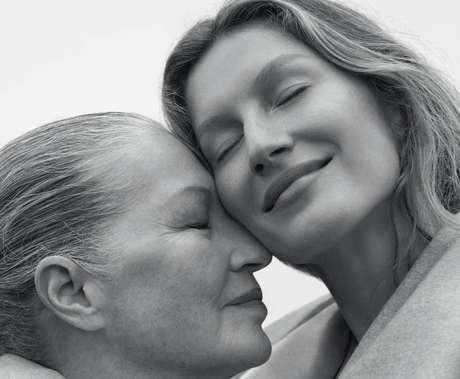 Gisele Bündchen estrela as quatro capas da 'Vogue Brasil' de outubro. Em um delas, aparece ao lado de sua mãe, Vânia