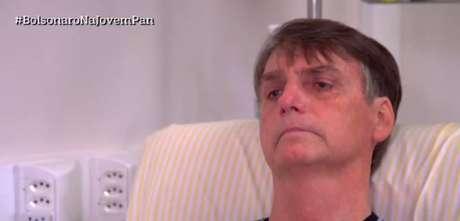 Jair Bolsonaro chorou ao relembrar o dia do ataque.