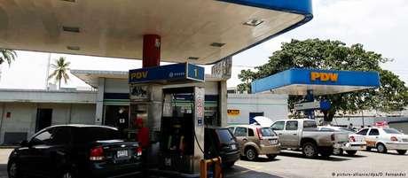 Sem registro em programas governamentais, venezuelanos pagarão preços internacionais para abastecer seus veículos