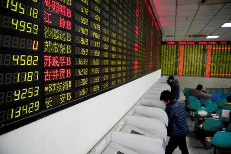 Investidores observam dados de ações em casa de corretagem em Xangai, na China 09/02/2018 REUTERS/Aly Song