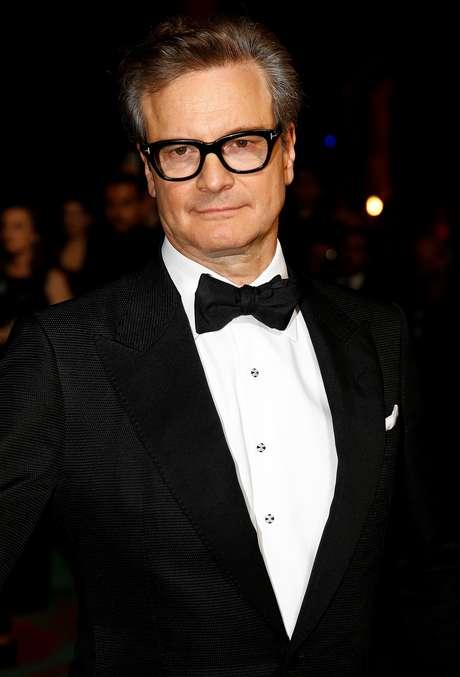 """Ator Colin Firth posa para fotos na premiação """"Tapete Verde"""" durante a Semana de Moda de Milão 24/09/2018 REUTERS/Stefano Rellandini"""