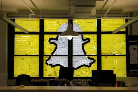 Logo do Snapchat criado com Post-its em Nova York, Estados Unidos 18/05/2016  REUTERS/Mike Segar