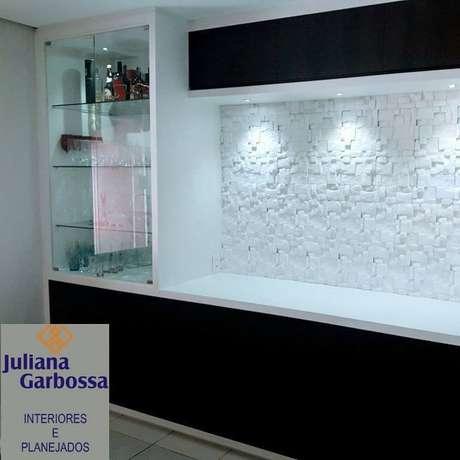 13. Acabamento de gesso 3D em parede onde há uma cristaleira embutida. Projeto de Juliana Garbossa