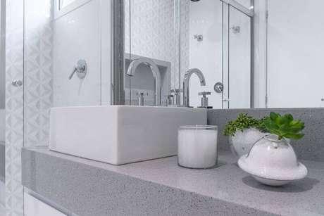 8. Banheiro claro com revestimento de gesso 3D na parede dentro do box. Projeto de Bianchi Lima