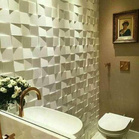 33. Banheiro com parede de gesso 3D em formato de cubos. Foto de OLX